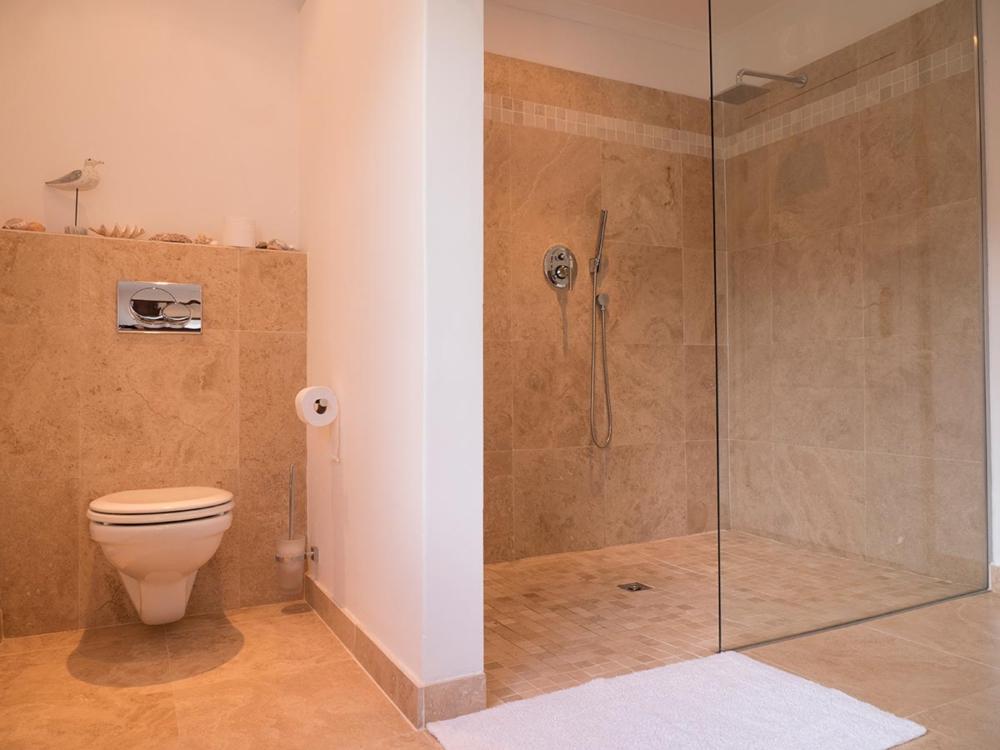 Toilette und Dusche