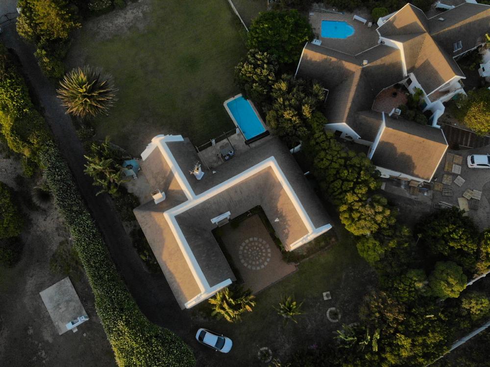 Das Ferienhaus mit Pool aus der Luft gesehen